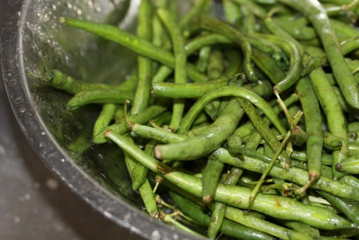 washed raw green beans
