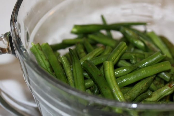 glass bowl of washed and trimmed green beans